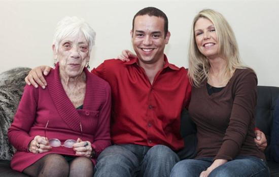 谈恋爱年龄是问题吗 31岁男子带91岁女友见母亲 有何感想