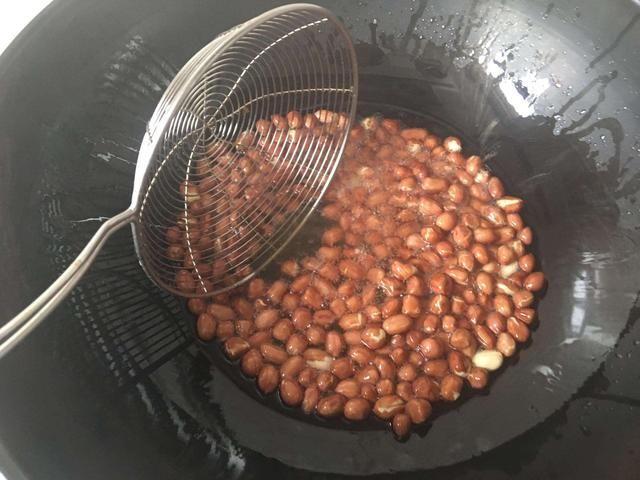 炸花生米,千万不要直接下油锅,提前多加这一步,比外面店里炸的还要好吃