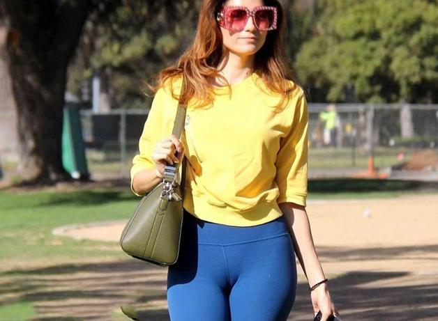 练习瑜伽成熟美少妇,公园散步美照,网友直呼气质美呆了