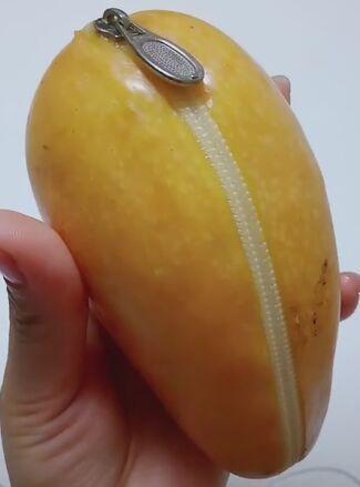 男生送女生一个芒果,以为是个钱包,打开之后更是让她尖叫起来