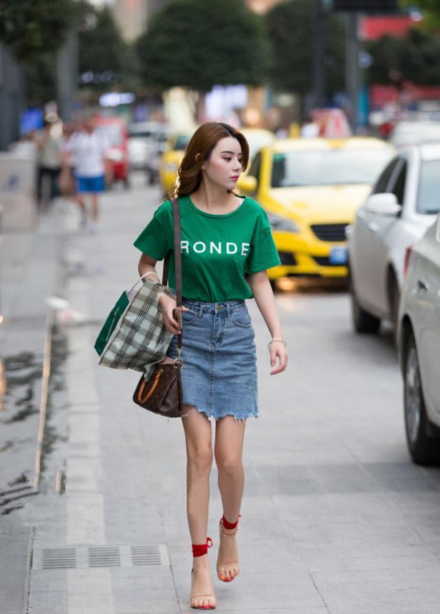 美女如云的城市重庆街拍,大白长腿紧身裙丰盈漂亮,女人味十足
